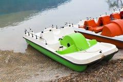 脚蹬小船和放弃在湖 免版税图库摄影