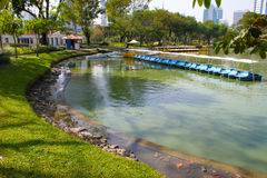 脚蹬小船在公园 免版税库存照片