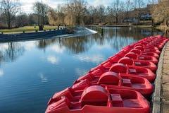 脚蹬红色平底船在欧登塞河,丹麦 库存图片