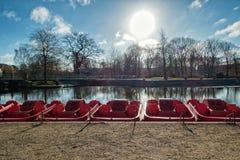 脚蹬红色平底船在欧登塞河,丹麦 免版税库存图片