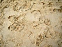 脚轨道看法在沙子的在邦咯岛,马来西亚海边  库存图片