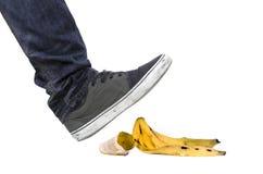 脚,滑倒的鞋子在香蕉果皮 图库摄影