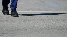 脚细节横跨行人穿越道的 慢的行动 影视素材
