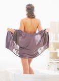 脱下衣服的少妇洗浴 免版税库存图片