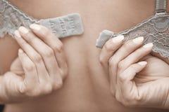 脱下衣服胸罩的妇女 免版税库存照片