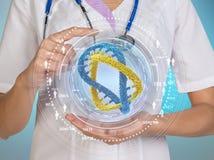 脱氧核糖核酸与按在一个虚屏上的科学家人的科学背景手指 库存照片