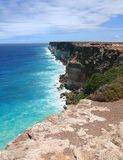与海浪的高岩石海边。 图库摄影