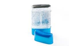 腋窝的止汗棍子防臭剂胶凝体在有拷贝空间的塑料蓝色瓶 库存照片