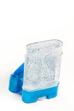 腋窝的特写镜头宏观止汗棍子防臭剂胶凝体在有拷贝空间的塑料蓝色瓶 库存图片