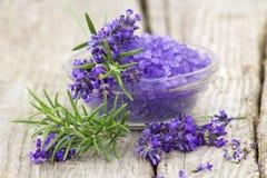腌制槽用食盐、淡紫色花和迷迭香 库存照片