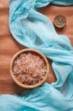 腌制槽用食盐、芳香蜡烛和蓝色丝绸 库存照片