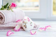 腌制槽用食盐毛巾 安置文本 温泉, relaxa的概念 免版税库存照片