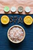 腌制槽用食盐,桔子,芳香蜡烛,温泉题字 库存照片