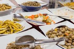 腌汁和橄榄沙拉自助餐  免版税库存照片