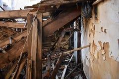 腐朽从一间老屋子的地板上 免版税库存照片