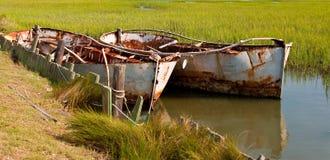 腐朽捕鱼的小船 免版税库存图片