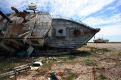 腐朽捕鱼的小船 库存图片