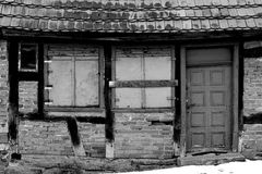 腐朽的半木料半灰泥的门面 库存照片
