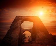 腐朽的城堡和日落天空 免版税库存图片