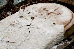 腐朽的墓碑 免版税库存照片