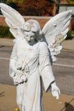 腐朽的天使雕象 免版税库存图片