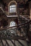 腐朽的楼梯在一个被放弃的房子里 库存照片