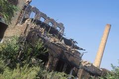 腐朽的砖瓦房和烟窗,佩特森,新泽西 免版税库存图片
