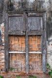 腐朽的窗口和墙壁纹理 库存图片