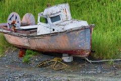 腐朽的被放弃的小船 免版税库存图片