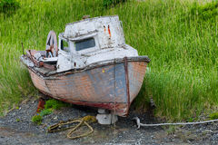 腐朽的被放弃的小船 图库摄影