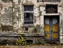 腐朽的门前窗 免版税库存照片
