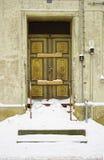 腐朽的门前面下了雪 免版税图库摄影