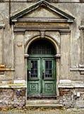 腐朽的门前面 图库摄影