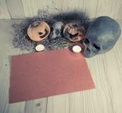腐烂的万圣夜南瓜和老纸与烛光和烘干 免版税库存照片