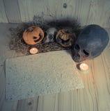 腐烂的万圣夜南瓜和老纸与烛光和烘干 库存照片
