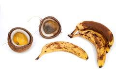 腐烂的香蕉和椰子 烂掉与fu的被浪费的热带食物 图库摄影