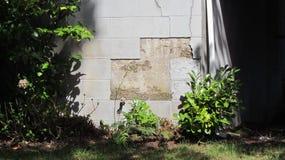 腐蚀在家的低部的Cynderblock 库存图片