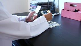 腐败、贿赂和欺骗是 采取金钱的医生的特写镜头 4K 慢的行动 影视素材