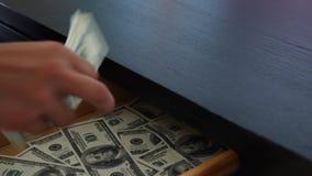 腐败、贿赂和欺骗概念-接近采取金钱的商人 4k,慢动作 股票录像