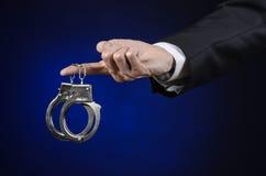 腐败和贿赂题材:在一套黑衣服的商人与h 库存图片