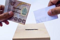 腐败概念、一个投票箱和决定票与金钱 免版税库存图片