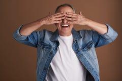 腰部获得乐趣和闭上他的眼睛的成人人 图库摄影
