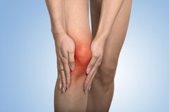 腱在妇女腿的膝盖关节问题表明与红色斑点 免版税库存照片