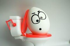腹泻是一个可笑概念 一个鸡蛋与 免版税库存照片