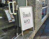 腹部健身训练商店,在入口的德国标志 免版税图库摄影