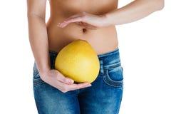 腹部女性 拿着柚的妇女手 IVF,怀孕,饮食概念 免版税库存图片