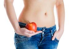 腹部女性 拿着红色苹果的妇女手 IVF,怀孕,饮食概念 免版税库存照片