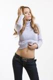 腹部金发碧眼的女人她性感的显示妇&# 免版税库存图片