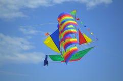 腾飞在天空的五颜六色的帆船风筝 库存图片