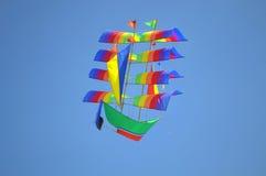 腾飞在天空的美丽的帆船风筝 免版税库存图片